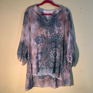 Polyester tunic with 3/4 sleeves. Mashine wash.